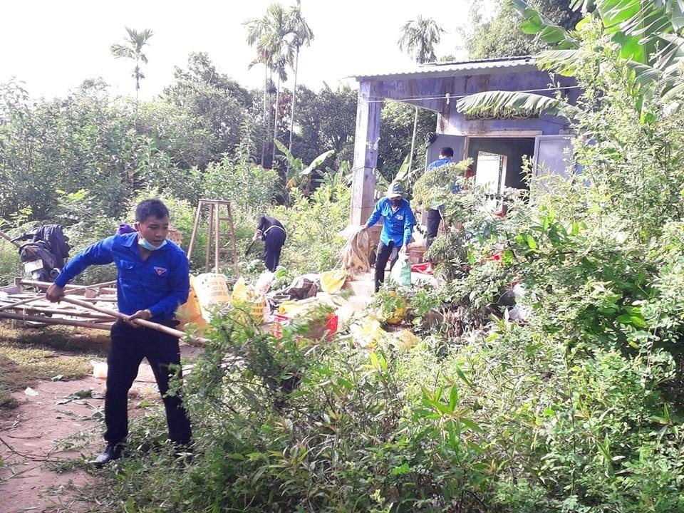 Dọn dẹp nhà cửa, vườn tược cho gia đình ông Trần Duy Đá. Ảnh: B.T