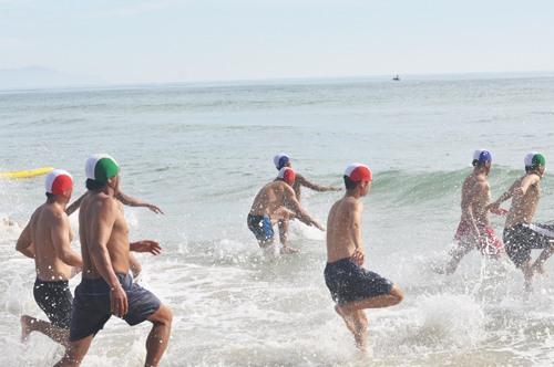 Các VĐV xuất phát chạy từ trong bờ ra biển. Ảnh: A.S