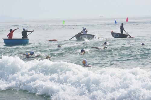 Bơi ngược sóng là điều rất khó khăn đối với môn bơi trên biển. Ảnh: A.S