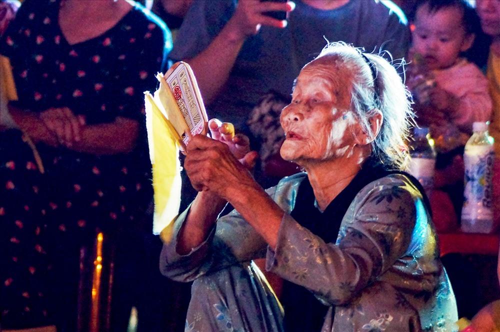 Người dân say sưa dõi theo từng nhịp phách, câu hò và ngóng chờ những con bài được xướng lên. Ảnh: QUÂN VINH