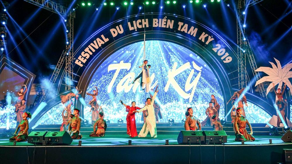 Quảng trường biển Tam Thanh trở nên lung linh trước những màn biểu diễn nghệ thuật đặc sắc trong đêm khai mạc. Ảnh: HẢI HOÀNG