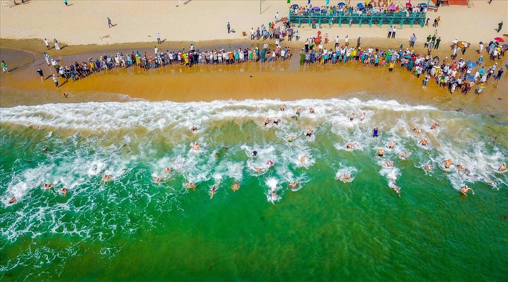 Sôi nổi giải bơi, lắc thúng chai tại bãi biển Tam Thanh. Ảnh: TẤT CẢNH