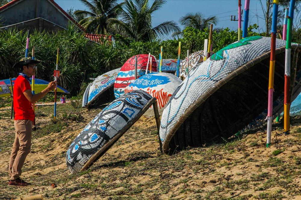 Con đường nghệ thuật thuyền thúng - điểm thu hút du khách. Ảnh: QUÂN VINH