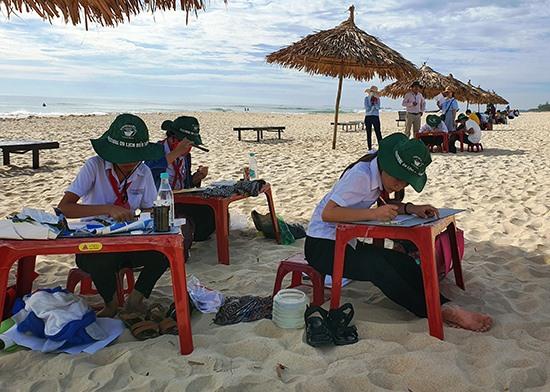 Thí sinh thực hiện phần thi tại bãi biển Tam Thanh. Ảnh: THU SƠN