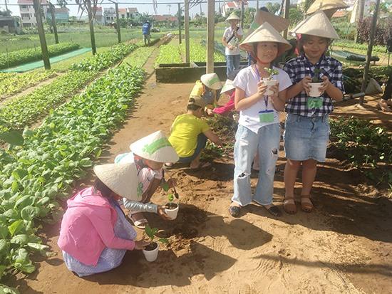 Trải nghiệm, hòa cùng thiên nhiên là cách để hình thành ý thức về môi trường sống cho trẻ em. Ảnh: Xuân Hiền