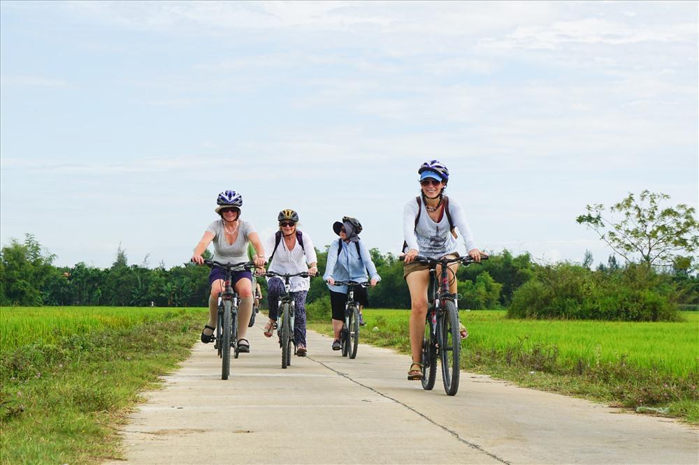 Nhiều du khách thích đạp xe khám phá Hội An. Ảnh hoiansafaritour