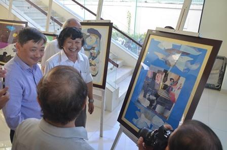 Họa sĩ Trần Trung Sáng (áo trắng, giữa) chia vui cùng bạn bè dự triển lãm. Ảnh: T.C