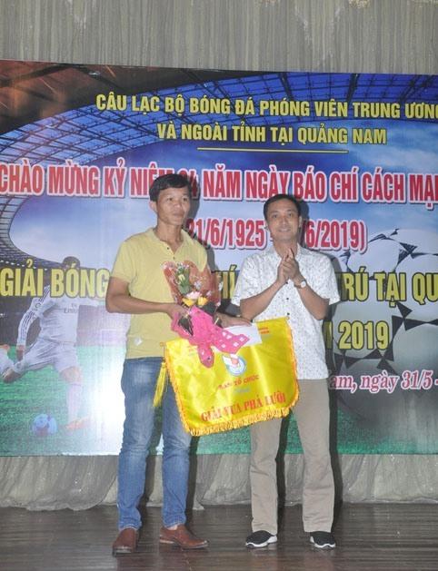 Cầu thủ Hoàng Quân (Câu lạc bộ Bóng đá phóng viên báo Trung ương và ngoài tỉnh thường trú tại Quảng Nam) đoạt danh hiệu vua phá lưới. Ảnh: T.V