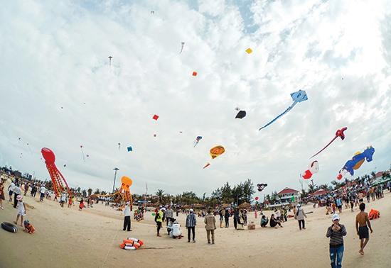 Festival diều quốc tế diễn ra tại biển Tam Thanh - TP. Tam Kỳ vào tháng 6.2017. Ảnh: PHƯƠNG THẢO