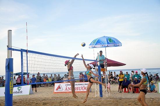 Bóng chuyền nữ bãi biển - giải đấu gần như không thiếu tại mỗi kỳ du lịch biển Tam Kỳ. Ảnh: X.P