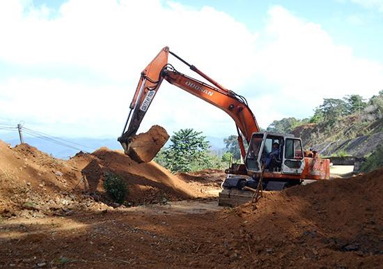 Sạt lở đất gây chia cắt lưu thông dài ngày trên các tuyến QL lên miền núi.Ảnh: C.T
