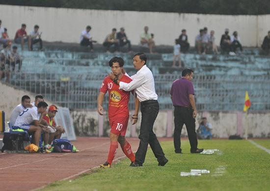 HLV Dương Minh Ninh phải lùi lại tuyến sau khi không có được kết quả tốt trên cương vị HLV trưởng Hoàng Anh Gia Lai. Ảnh: T.V
