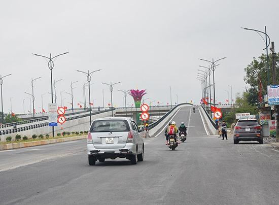 Nút giao thông vòng xuyến 2 tầng ở xã Tam Hiệp (Núi Thành).