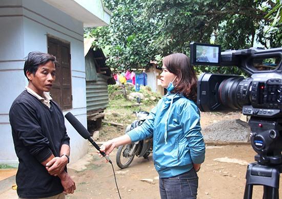 Phóng viên Brao Y Thơm (Trung tâm VH-TT & TT-TH Nam Giang tác nghiệp tại cơ sở.Ảnh: ALĂNG NGƯỚC
