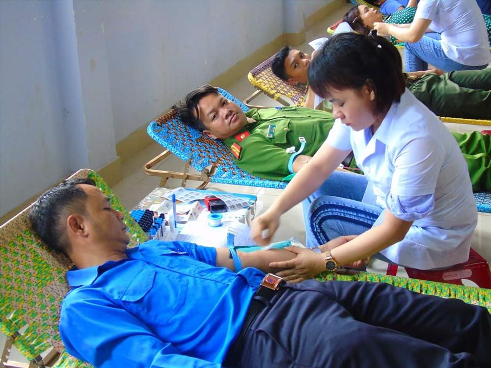 Đoàn viên thanh niên huyện Đông Giang hiến máu tình nguyện. Ảnh: M.L