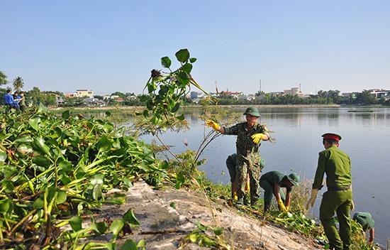 Nhiều lực lượng thanh niên tình nguyện tham gia dọn vệ sinh môi trường. Ảnh: VINH ANH