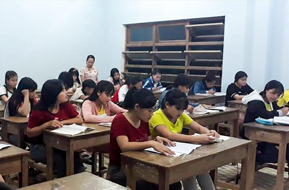 Một lớp học ban đêm ở khu nội trú Trường THPT Nam Trà My. Ảnh: H.Q