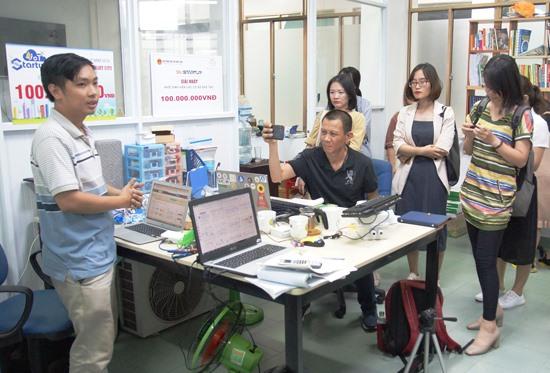 Ngô Huỳnh Ngọc Khánh (bìa trái) chia sẻ về sản phẩm khởi nghiệp iNut của mình. Ảnh: PHAN VINH