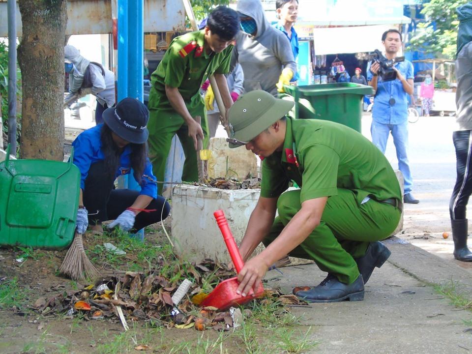 ĐVTN dọn vệ sinh trên các tuyến đường ngay sau lễ ra quân. Ảnh: M.L