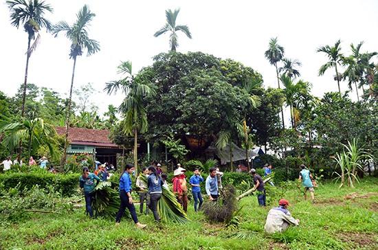 Nhân dân đội 10, thôn 5 (Tiên Hiệp) tham gia hiến đất, cây trồng chung tay với chính quyền làm đường giao thông nông thôn. Ảnh: H.N