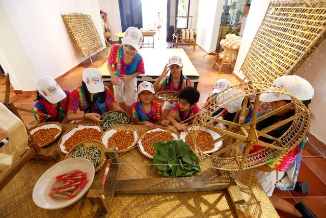 The art troupe from the Philippines on the folk island in Vinpearl Land Nam Hoi An.