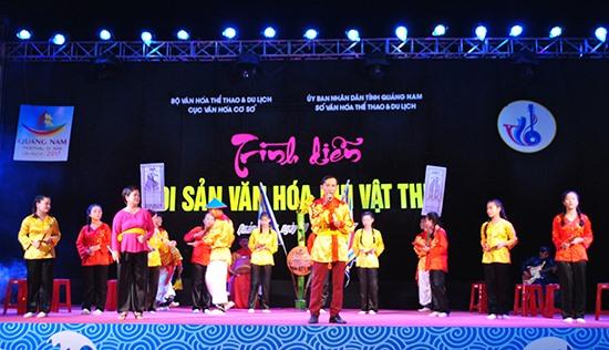 Câu lạc bộ Đàn hát bả trạo, dân ca bài chòi xã Tam Thanh trình diễn tại Festival Di sản Quảng Nam 2017.