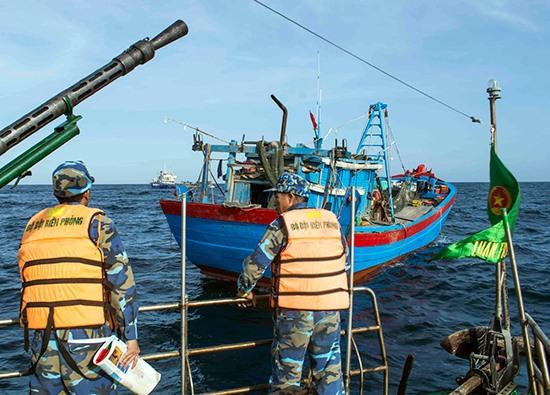 Biên đội 34 thông báo về sự hiện diện trên biển, đề nghị tàu cá của ngư dân Quảng Nam chấp hành tốt các quy định pháp luật khi khai thác hải sản. Ảnh: L.V.C