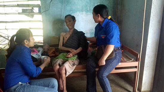 Ông Nguyễn Nhung (ngồi ở giữa) bị bại liệt và sống trong tình cảnh vô cùng khó khăn. Ảnh: N.T