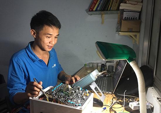 Anh Phạm Cao Kỳ không ngừng nghiên cứu, cải tiến sản phẩm. Ảnh: PHAN VINH