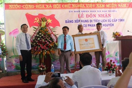 Bí thư Huyện ủy, Chủ tịch HĐND huyện Đại Lộc - ông Nguyễn Công Thanh (ngoài cùng bên trái) trao bằng Di tích lịch sử cấp tỉnh. Ảnh: XT