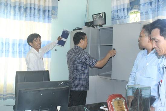 Kiểm tra tủ đựng đề thi, bài thi tại điểm thi Trường THPT Huỳnh Thúc Kháng. Ảnh: D.L