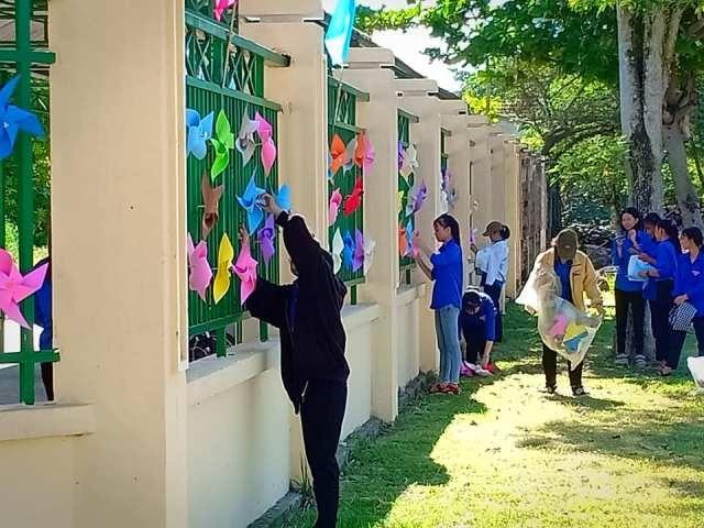 Tình nguyện viên trang trí tại điểm tiếp sức mùa thi Trường THPT Trần Phú (xã Bình Lâm, Hiệp Đức). Ảnh: THÁI CƯỜNG