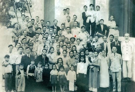 Ông Phạm Hữu Bằng (dấu chấm) chụp chung với Bác Hồ (ngoài cùng, bên phải) tại Ba Đình, Hà Nội (1961). Ảnh: T.L
