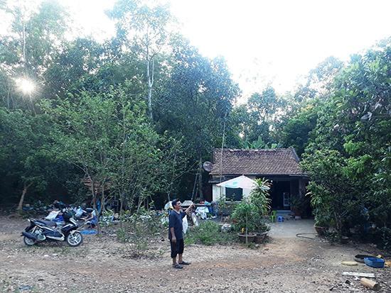 Nhà cửa của ông Lương Quang Thảo xuống cấp nhưng không sửa được vì nằm trong vùng dự án Khu phức hợp phúc lợi giáo dục Làng Hoa Sen Việt Nam. Ảnh: N.B.N