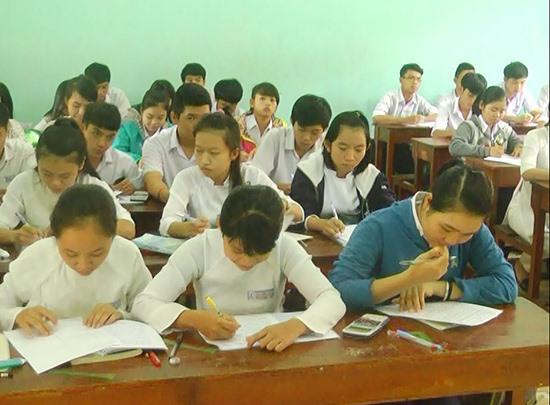 Học sinh Trường THPT Nguyễn Trãi học phụ đạo tại trường trước kỳ thi. Ảnh: L.HIỀN