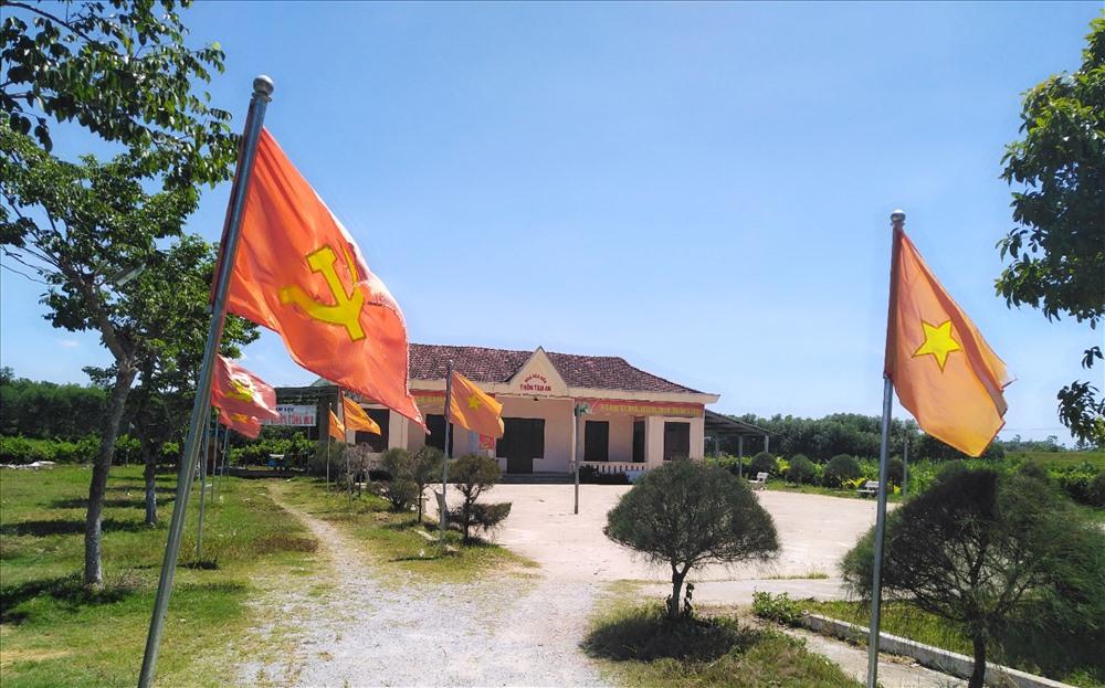 Người dân thôn Tam An đóng góp sức người, sức của xây dựng nhà văn hóa thôn. Ảnh: L.C