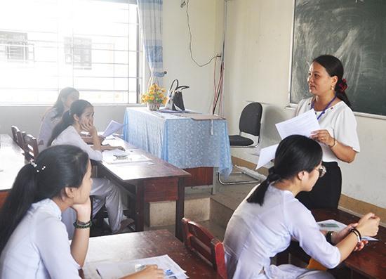 Giám thị phổ biến quy chế thi tại điểm thi Trường THPT chuyên Nguyễn Bỉnh Khiêm. Ảnh: X.P