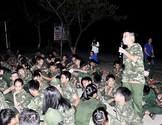 """Các chiến sĩ nhí tham gia diễn đàn """"Nhắn gửi yêu thương"""". Ảnh: VINH ANH"""