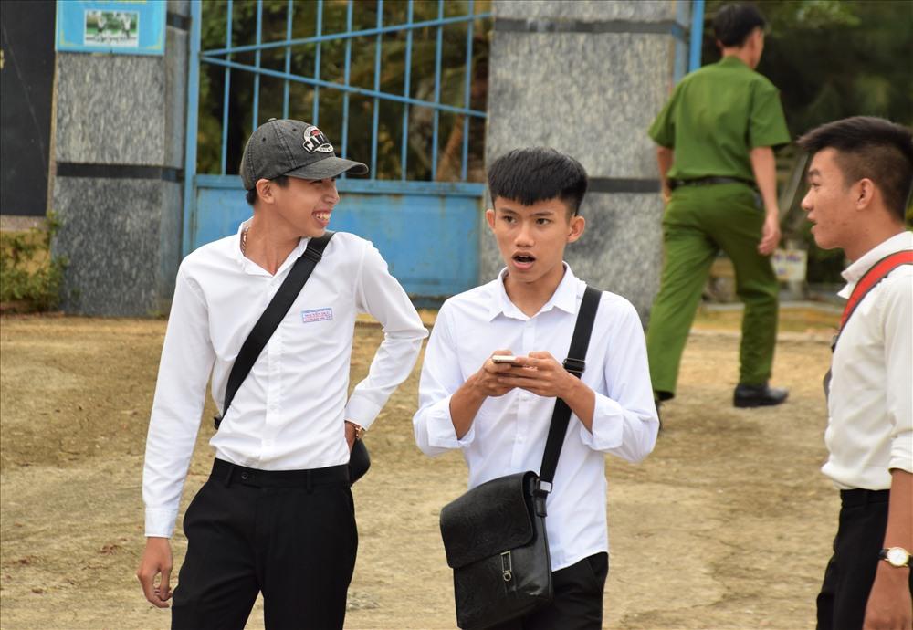 Thí sinh tại điểm thi Trường THPT Nguyễn Dục (Phú Ninh) hoàn thành môn Ngữ văn trong ngày 25.6. Ảnh: HOÀI AN