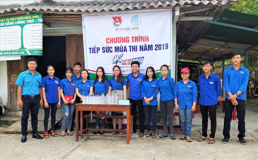 Đội hình tiếp sức mùa thi huyện Phú Ninh. Ảnh: HOÀI AN