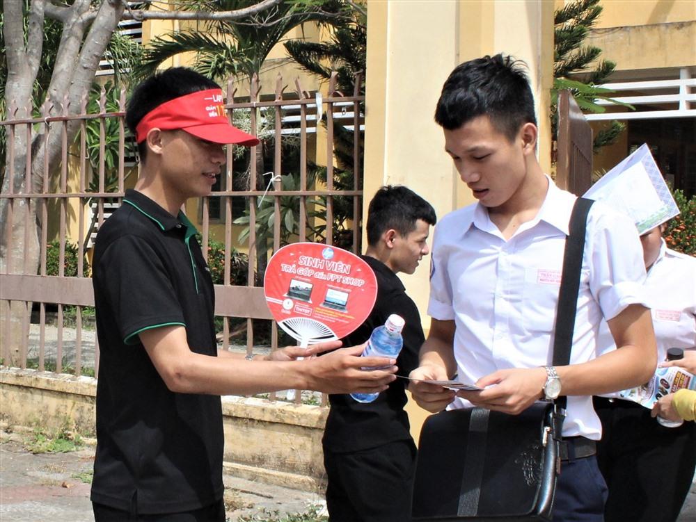Ngoài cấp phát nước, tình nguyện viên giới thiệu các thông tin bổ ích đến thí sinh. Ảnh: HOÀI AN