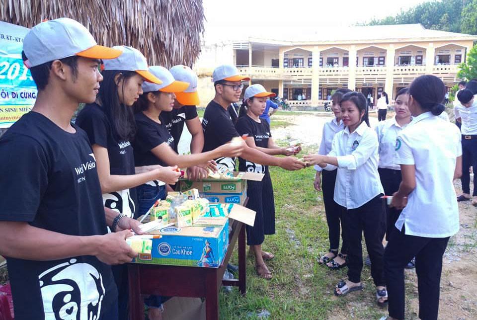 Tình nguyện viên trao nước cho học sinh tại điểm thi ở huyện Nam Giang. Ảnh: Huyện đoàn Nam Giang