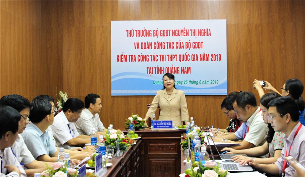 Thứ trưởng Nguyễn Thị Nghĩa làm việc với Ban Chỉ đạo, Hội đồng thi THPT quốc gia năm 2019, cụm thi số 34 Quảng Nam. Ảnh: HOÀI AN