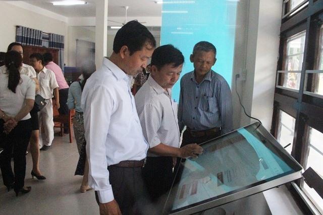 Lãnh đạo huyện Đại Lộc kiểm tra tại Bộ phận tiếp nhận và trả kết quả huyện. Ảnh: B.LIỄU
