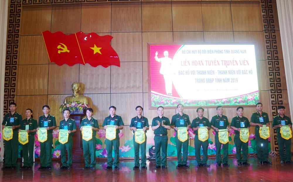 Trung tá Nguyễn Trung Kiên - Phó Chính ủy BĐBP tỉnh, Trưởng ban tổ chức liên hoan tặng cờ lưu niệm cho các đơn vị. Ảnh: V.A