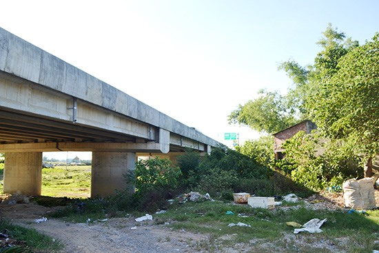 Các hạng mục gia cố, đảm bảo sự an toàn của người dân phía hạ lưu cầu LRB06 (xã Điện Thọ, Điện Bàn) thuộc cao tốc Đà Nẵng - Quảng Ngãi hơn 2 năm qua chưa triển khai thi công. Ảnh: N.B
