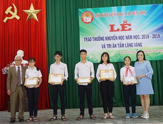 Hội Khuyến học xã Điện Thọ trao thưởng cho học sinh, sinh viên học giỏi. Ảnh: NHƯ TRANG
