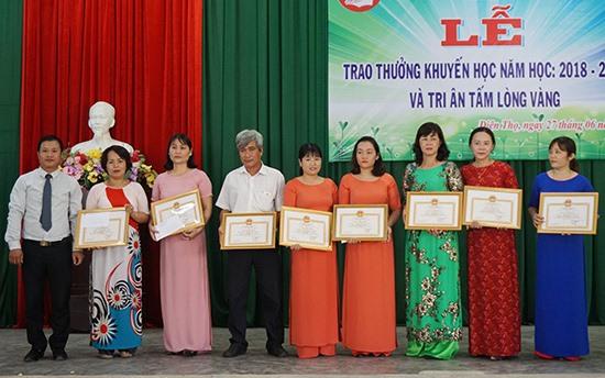 Hội Khuyến học xã Điện Thọ tuyên dương 9 giáo viên dạy học và công tác tốt. Ảnh: NHƯ TRANG