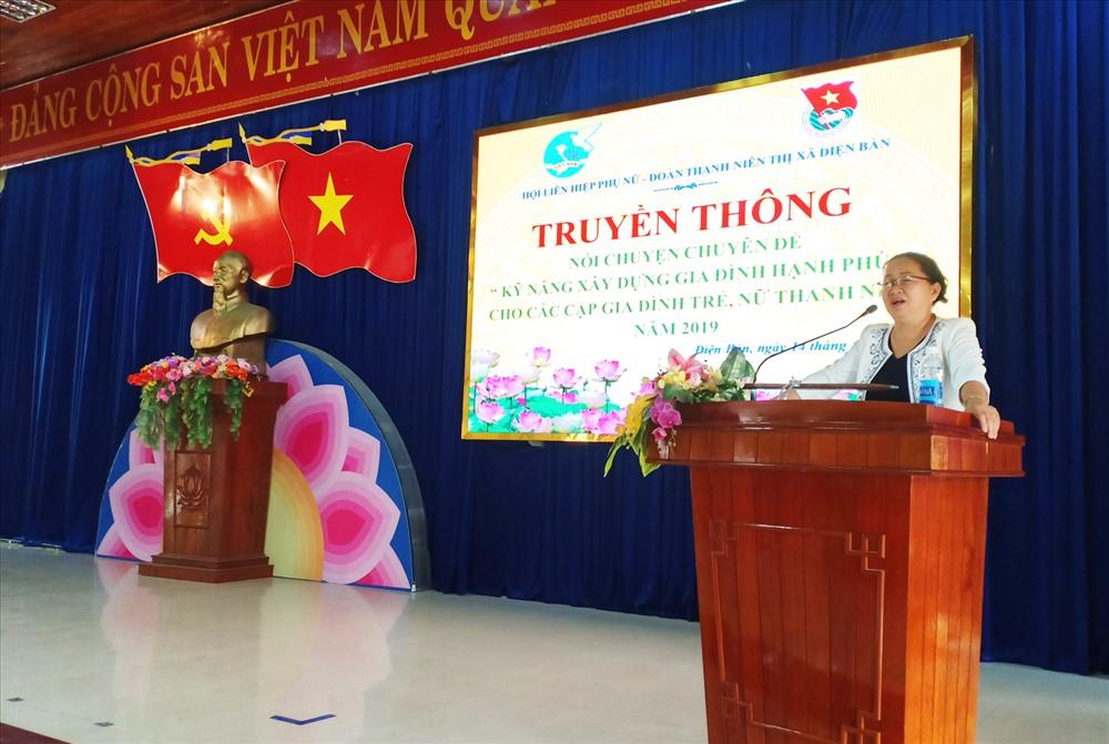 Bà Trương Thị Lộc - Chủ tịch Hội LHPN tỉnh tuyên truyền pháp luật về hôn nhân và gia đình cho thanh niên Điện Bàn. Ảnh: THÀNH NHÂN