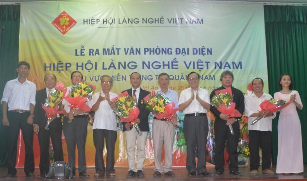 Ra mắt nhân sự Văn phòng đại diện Hiệp hội Làng nghề Việt Nam khu vực miền Trung tại Quảng Nam. Ảnh: Q.T